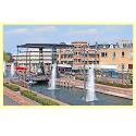 stadsbeeld met fonteinen in kanaal